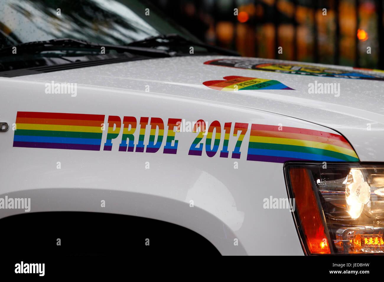 New York, USA. 23. Juni 2017. Polizei Kreuzer, in Rainbow Verkleidung, wacht Vor der Stonewall Inn in New York City's Stockbild