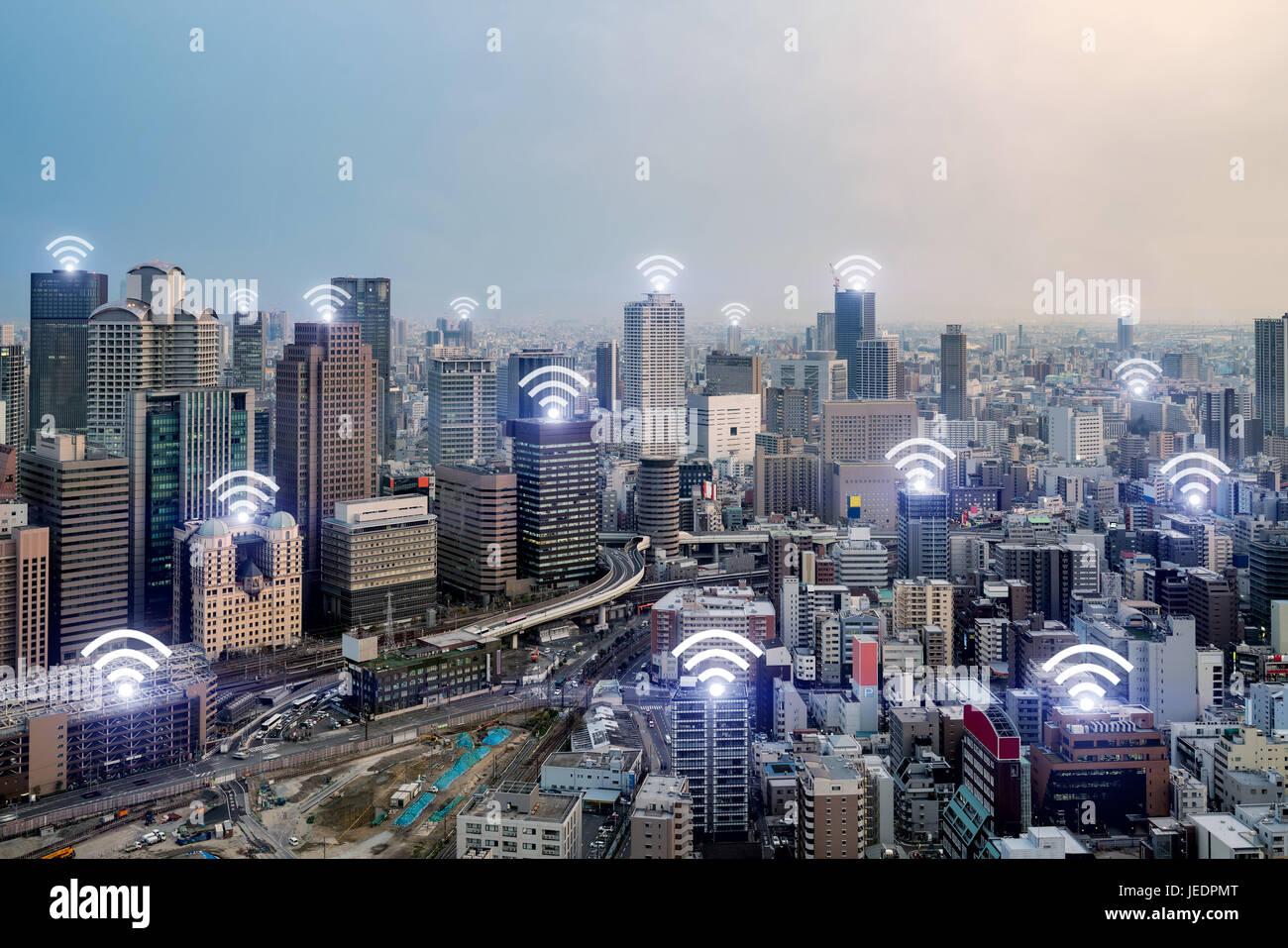 WiFi-Symbol und Osaka Stadt mit drahtlosen Netzwerkverbindung. Intelligente Stadt Osaka und drahtlose Kommunikationsnetz, Stockbild