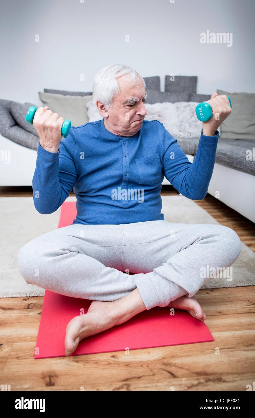 Altere Mann Tut Muskel Training Zu Hause Stockfoto Bild 146595681