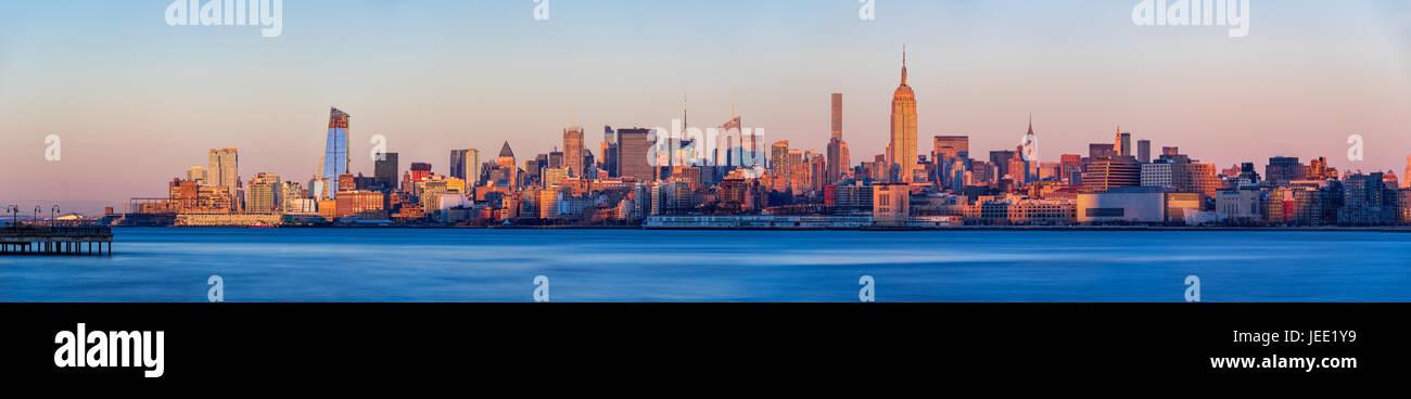 Blick bei Sonnenuntergang von Midtown West Wolkenkratzer mit dem Hudson River. Manhattan, New York City Stockbild