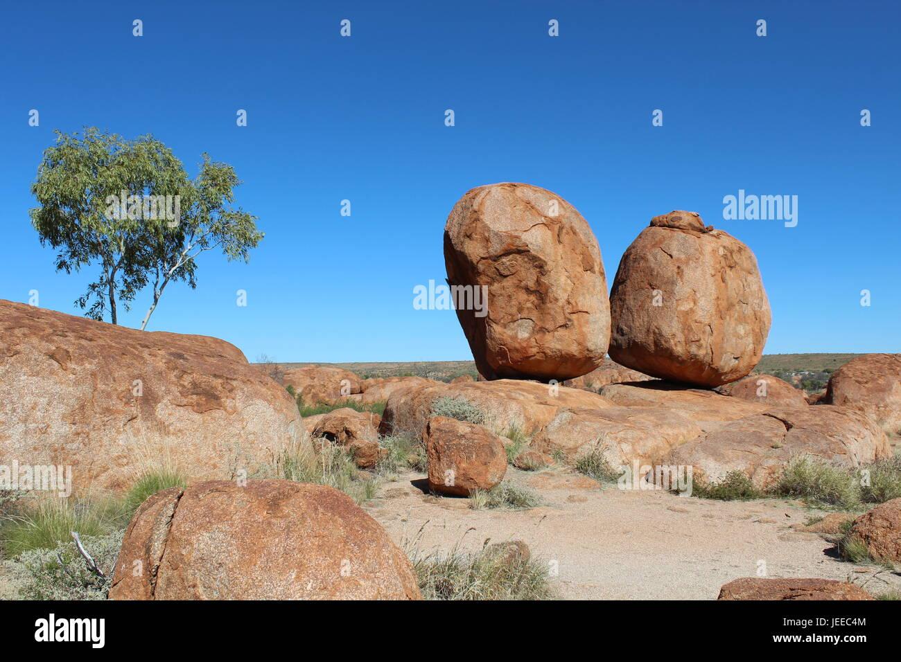 Zwei der herzliches runden Felsbrocken von den Devils Marbles im australischen outback Stockfoto