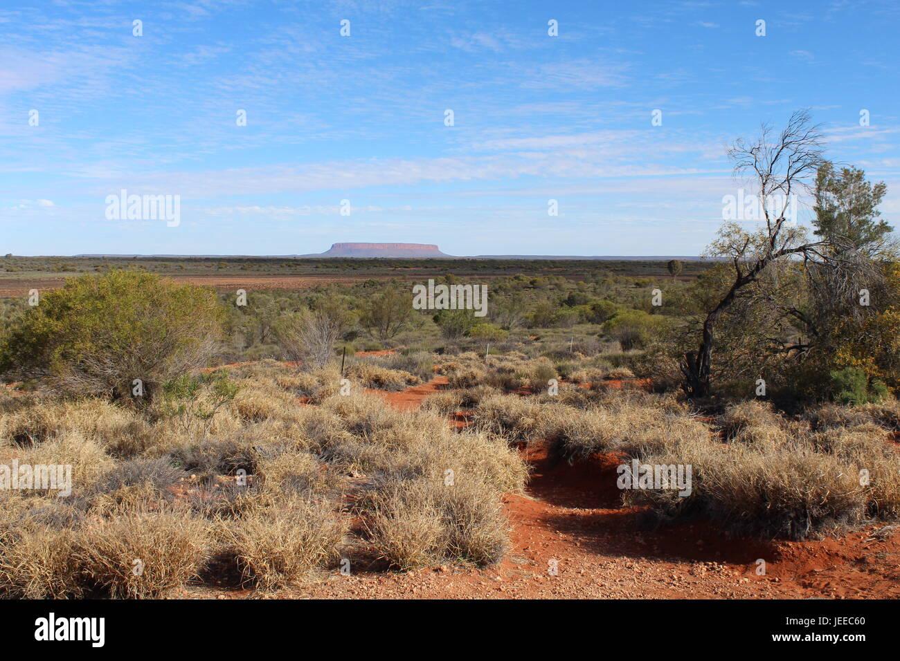 Ein Blick aus einiger Entfernung auf Mount Conner im Outback des Northern Territory in Australien Stockfoto