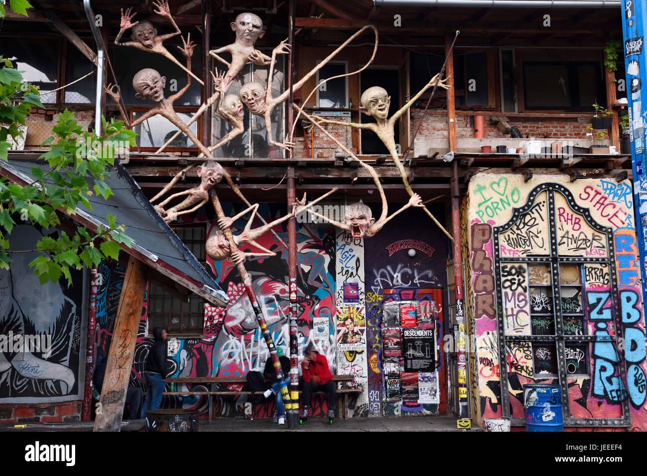 Graffiti und Skulpturen an Metelkova Stadt autonome Kulturzentrum hocken am ehemaligen jugoslawischen Volksarmee Stockbild