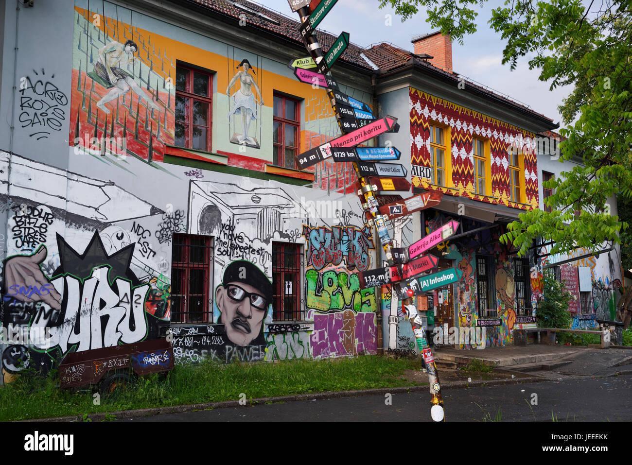 Graffiti auf Gebäude Metelkova Stadt autonome Kulturzentrum hocken am ehemaligen jugoslawischen Volksarmee Stockbild