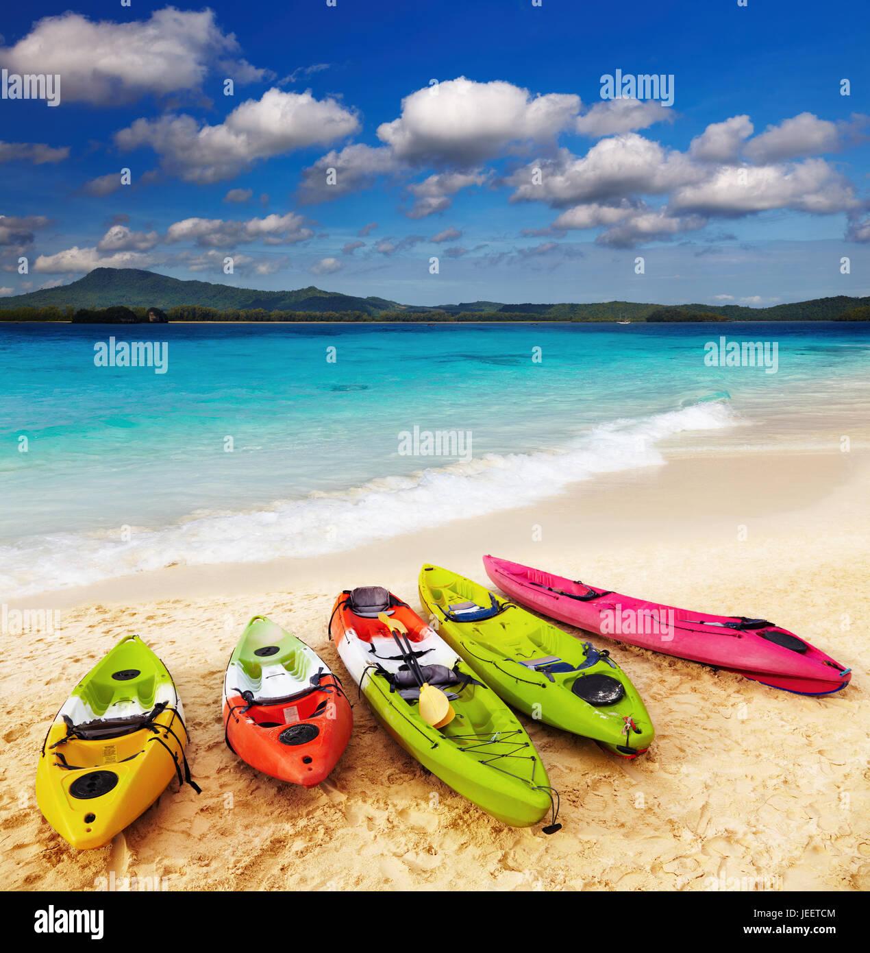 Bunte Kajaks am tropischen Strand Stockbild