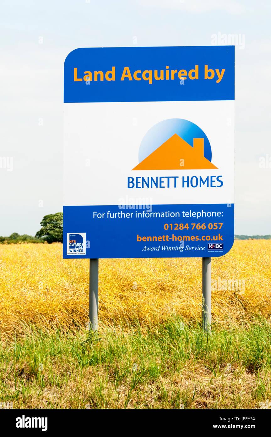 Ein Zeichen wirbt Ackerland von Bennett Häuser für Wohnungsbau in West Norfolk erworben. Stockbild