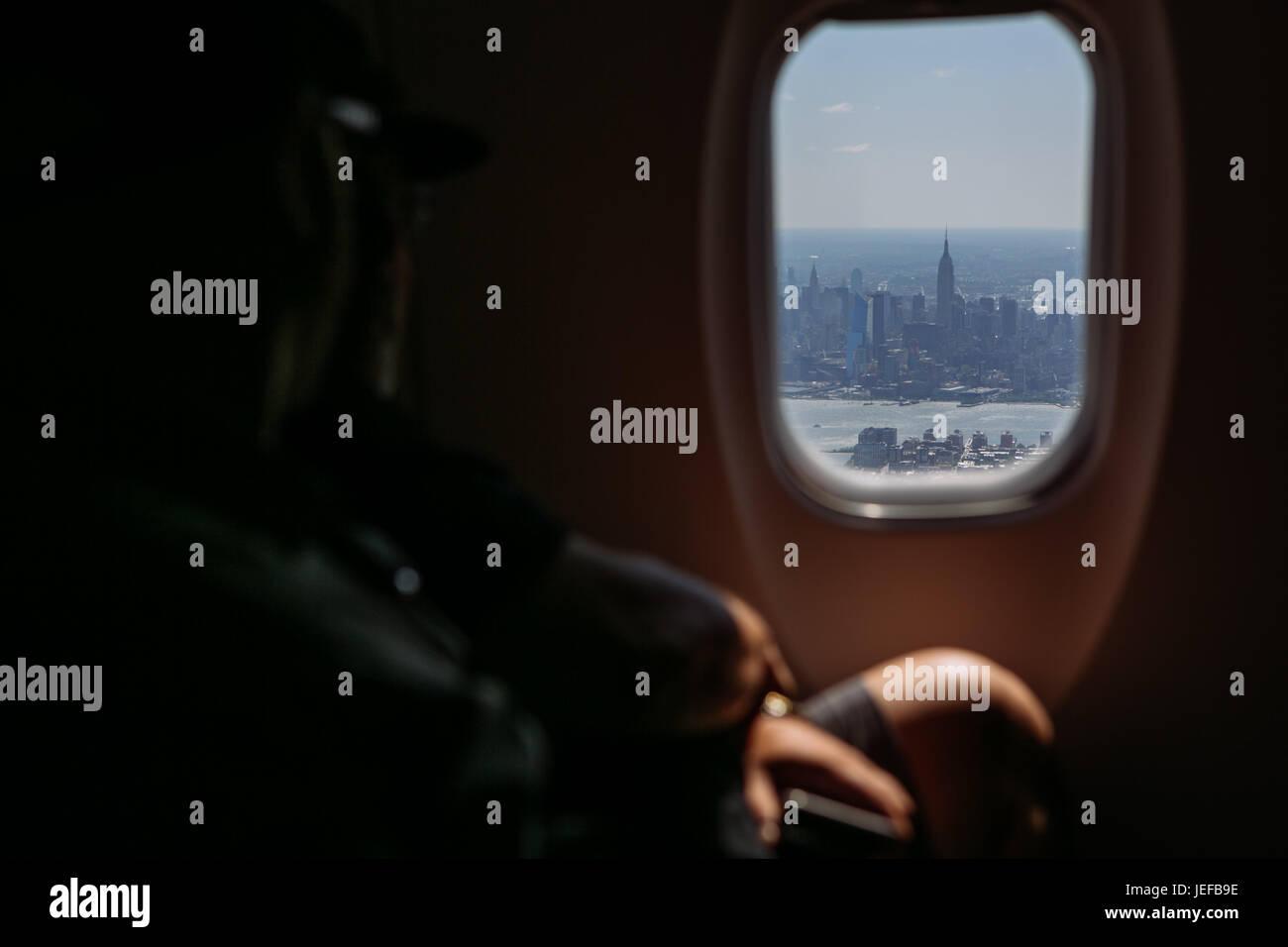 Empire State Building durch ein Flugzeug Fenster gesehen beim ...