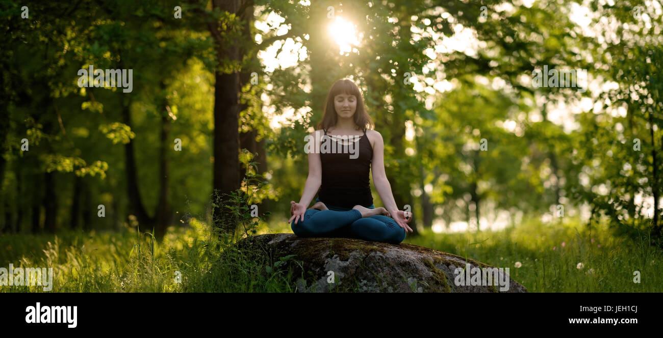 Meditation-gesundes Leben-Übung-Konzept. Meditation und Entspannung in Padmasana Lotus darstellen Stockbild
