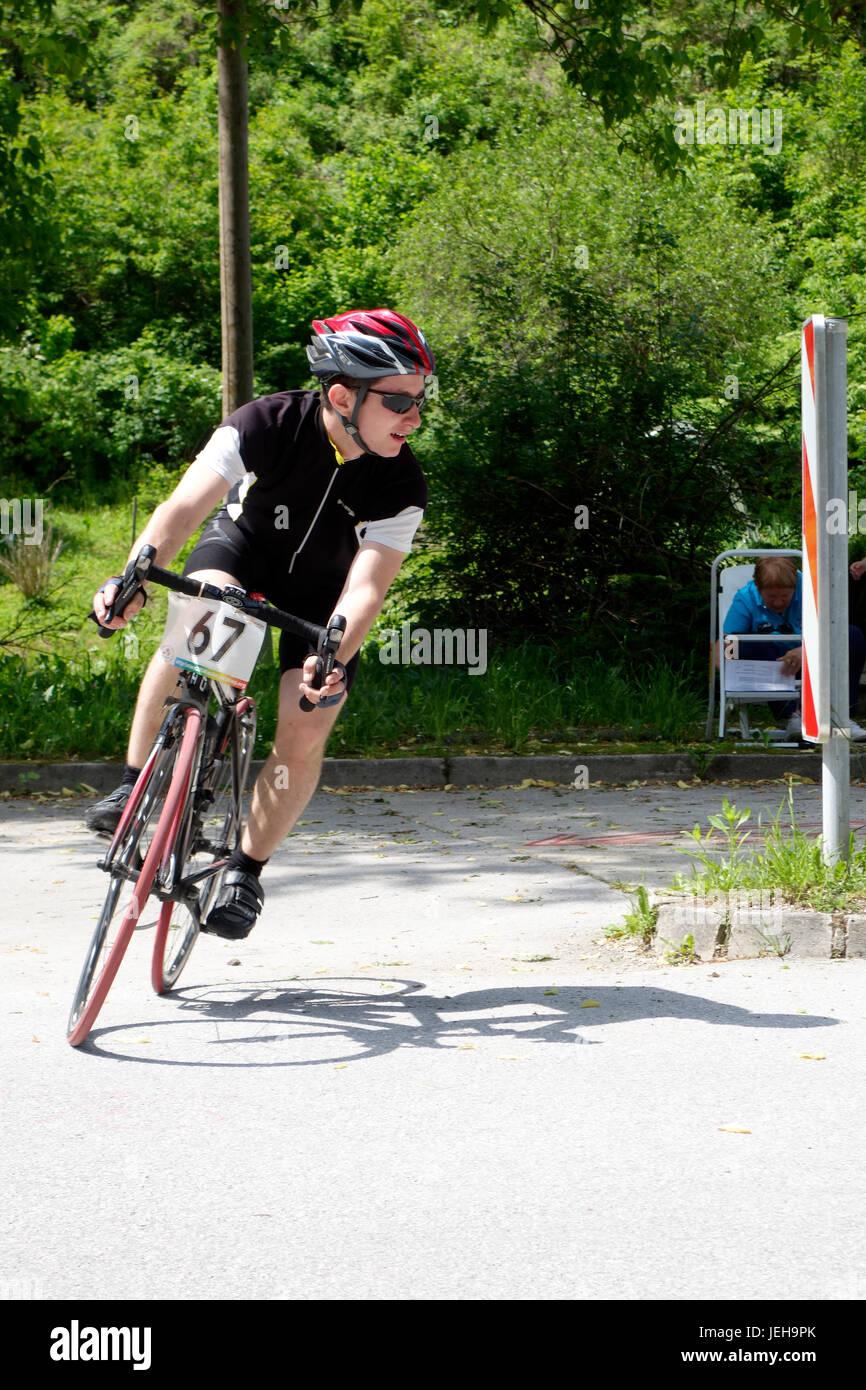 Radfahrer tritt eine scharfe Biegung Stockbild