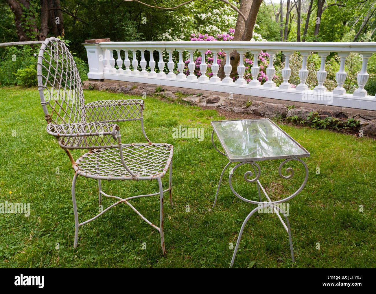 Viktorianischer Sessel Und Glas Gartentisch Neben Einem Garten