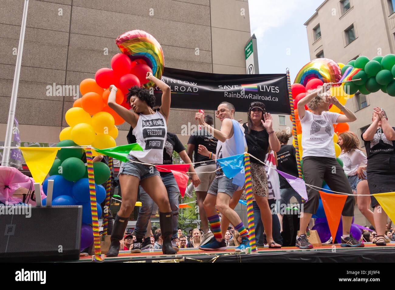 Toronto, Kanada. 25. Juni 2017. Menschen nehmen an Toronto Pride Parade Teil. Bildnachweis: Marc Bruxelle/Alamy Stockbild