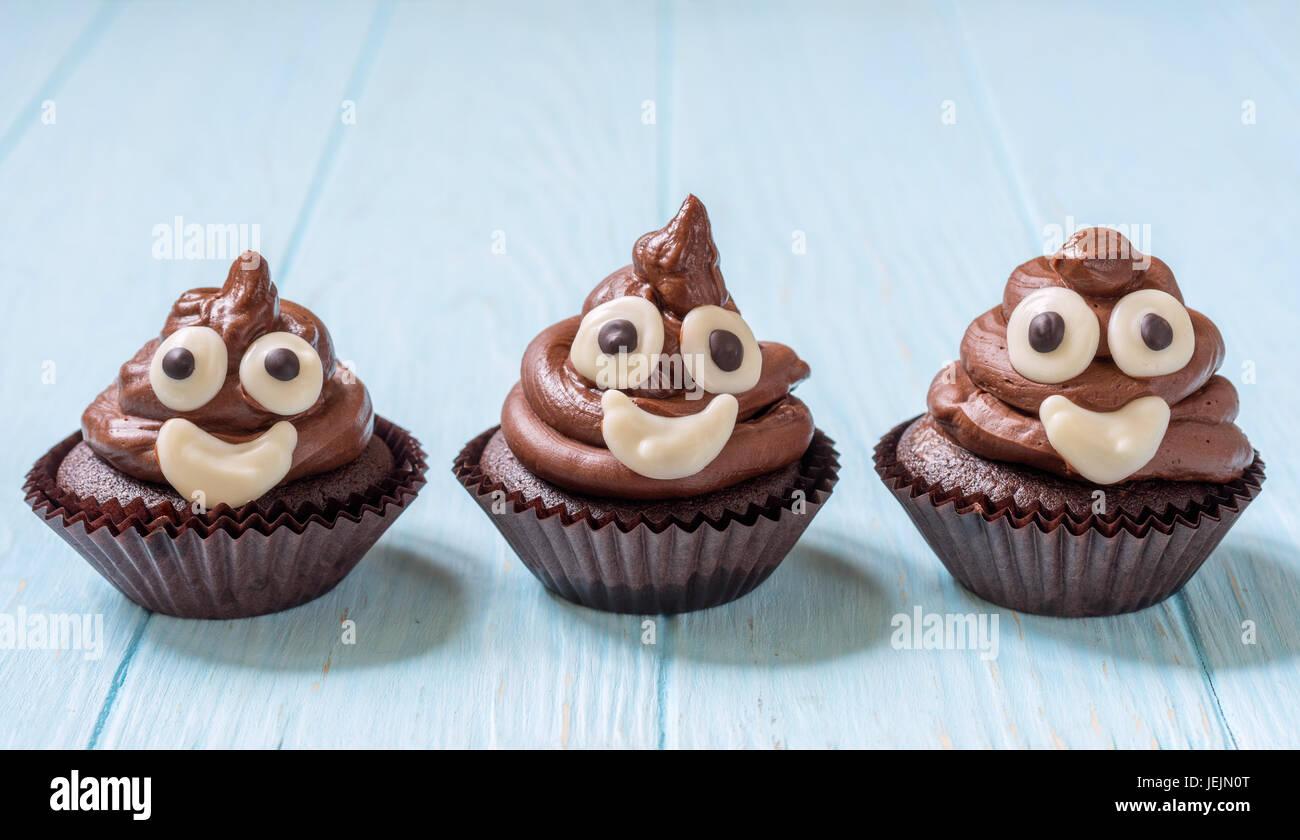lustige poop emoji schokoladen cupcakes s e essen dessert stockfoto bild 146699752 alamy. Black Bedroom Furniture Sets. Home Design Ideas