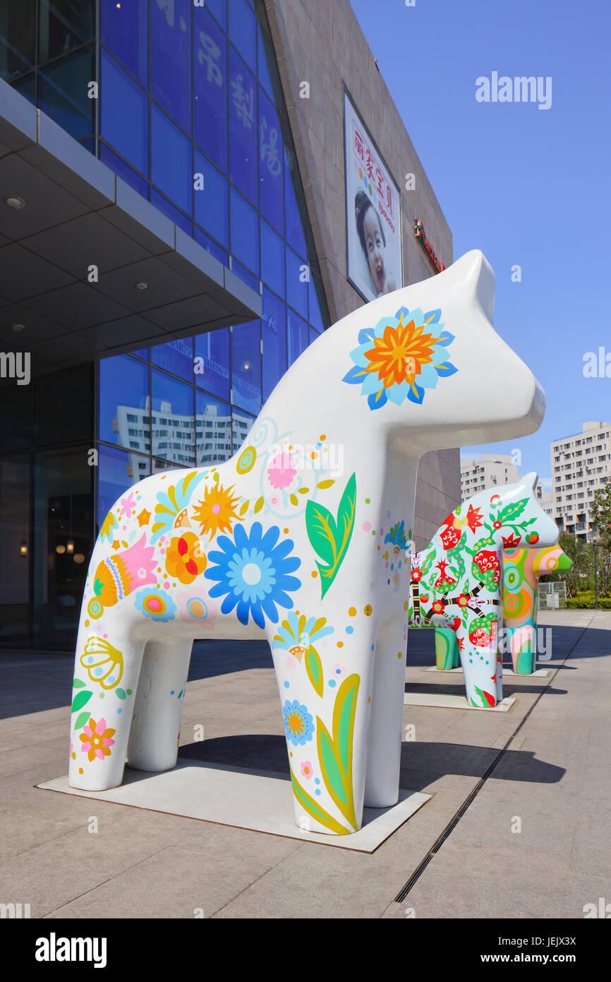 beijing-aug. 21, 2015. pferd-skulpturen in livat shopping mall. die