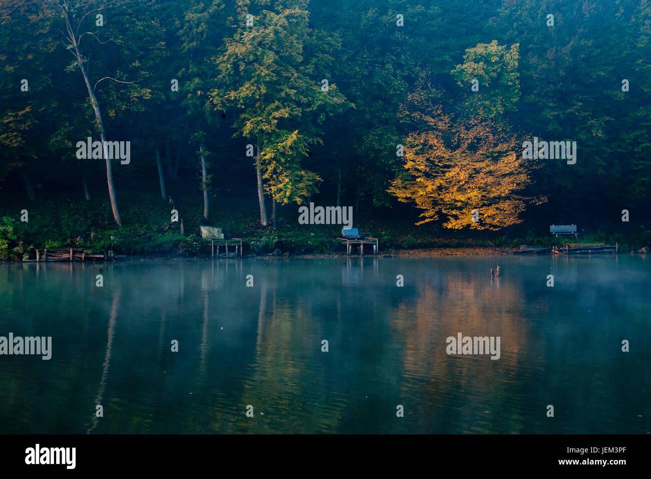 Herbst-See und Wald im Sonnenaufgang Stockbild