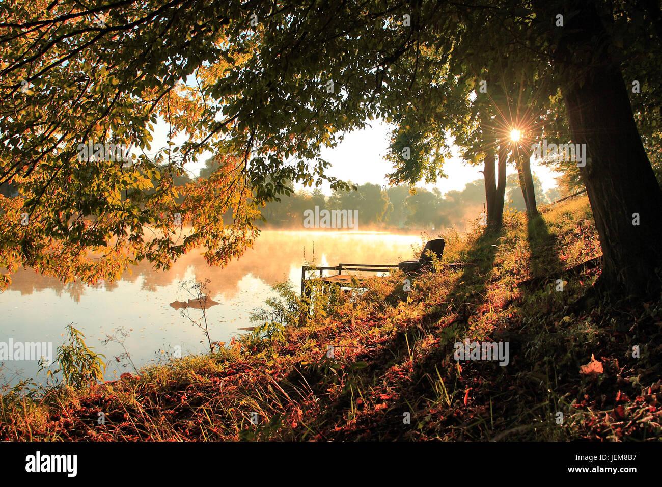 Herbstlichen Wald und See im Sonnenaufgang Stockbild