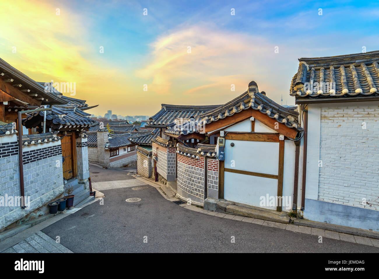 Bukchon Hanok Village und Seoul Skyline der Stadt bei Sonnenaufgang mit Seoul Tower, Seoul, Südkorea Stockbild