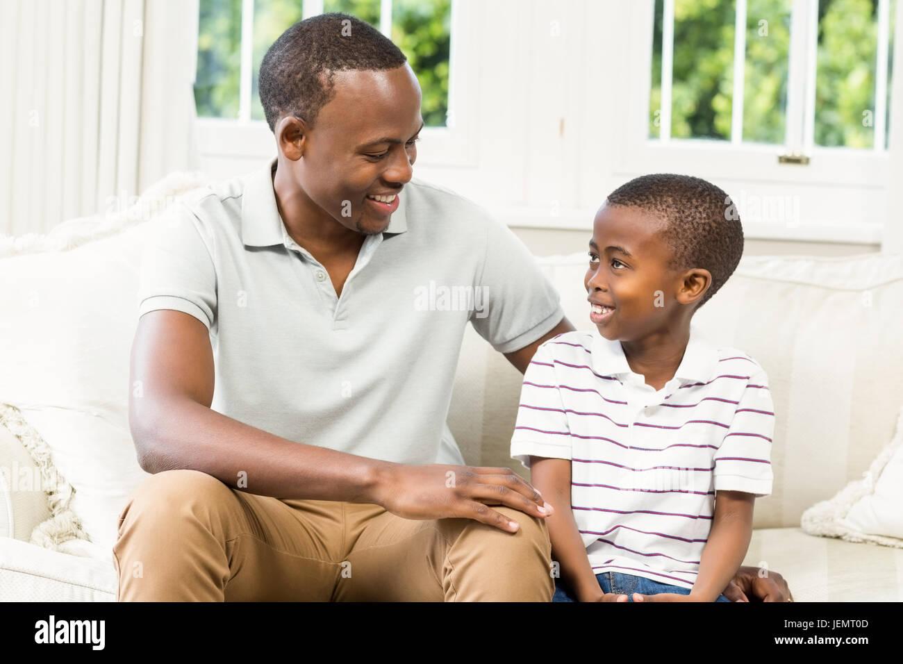Vater und Sohn sitzen auf der couch Stockfoto