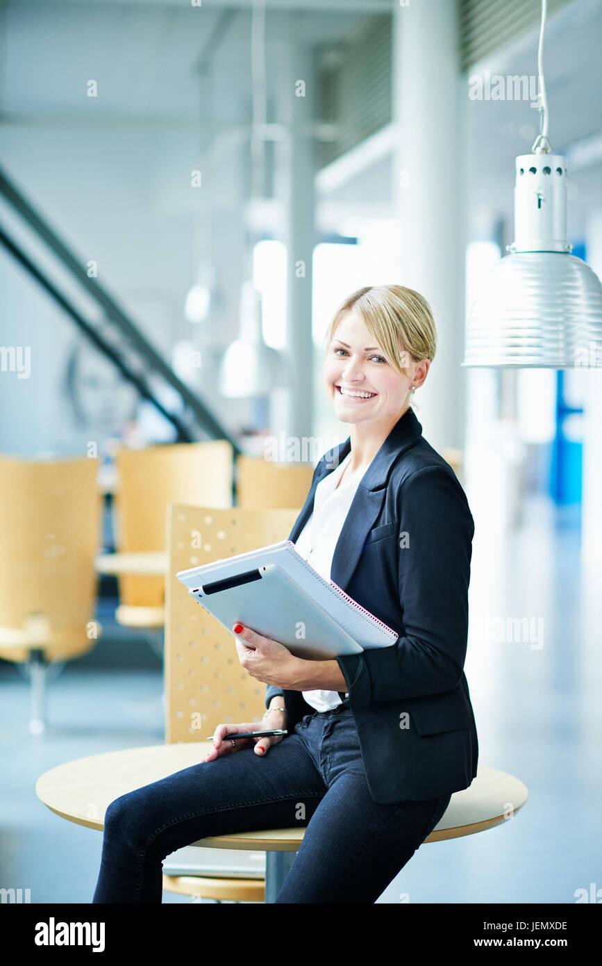 Junge Geschäftsfrau im Wartebereich Stockfoto