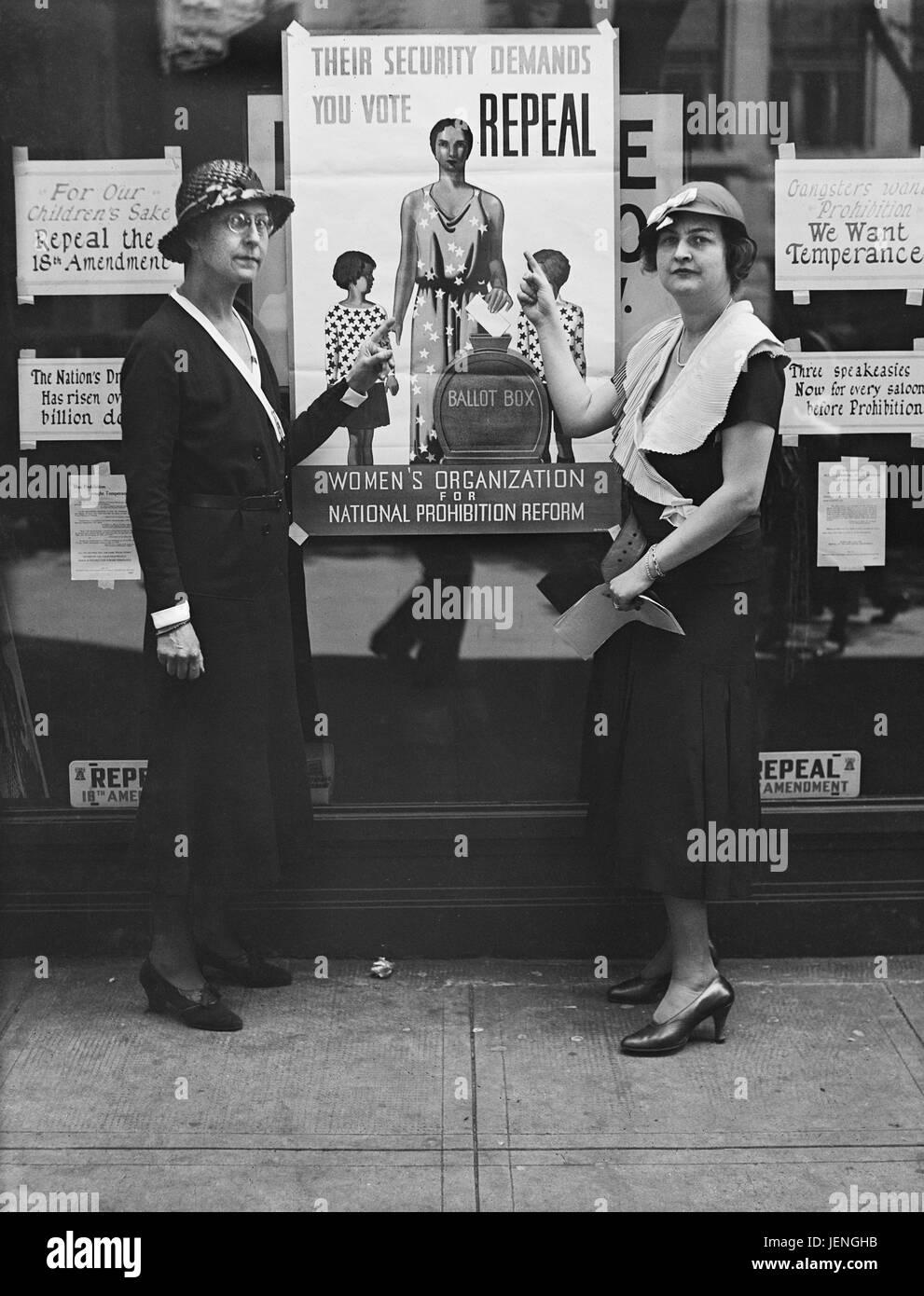 Zwei Frauen stehen mit Unterstützung der Aufhebung der 18. Zusatzartikel, gesponsert von Frauenorganisation Stockbild