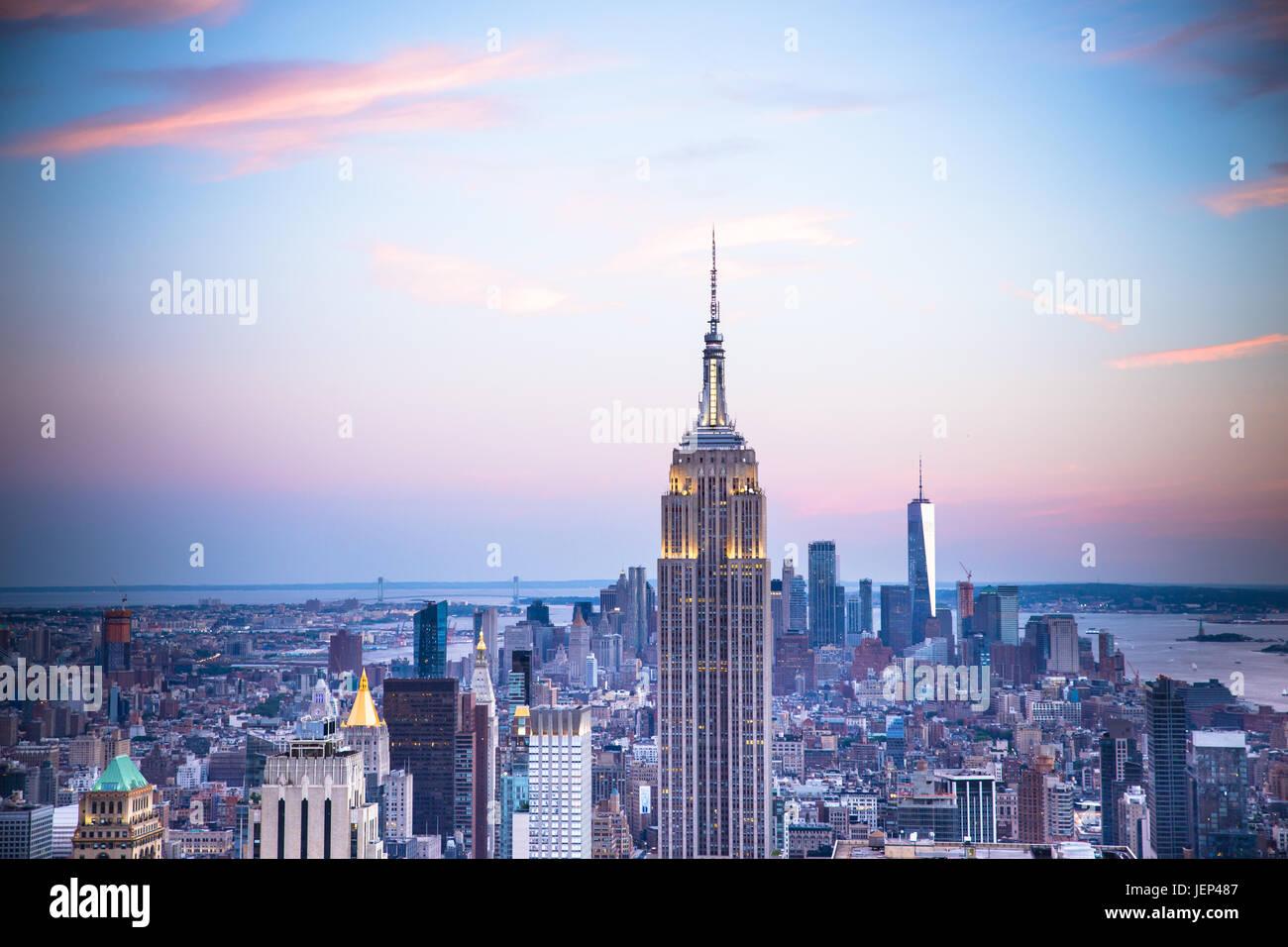Blick auf den Sonnenuntergang von New York City von Midtown Manhattan mit Blick auf Innenstadt gesehen, Stockbild