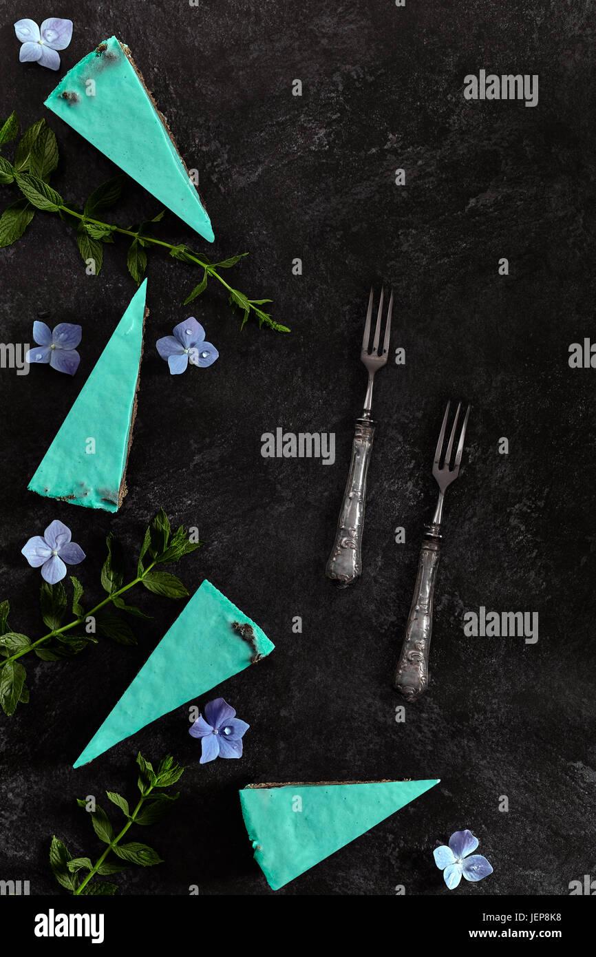 Scheiben des Kuchens mit Minze, Käse und dunkler Schokolade. Wohnung mit textfreiraum legen. Stockbild