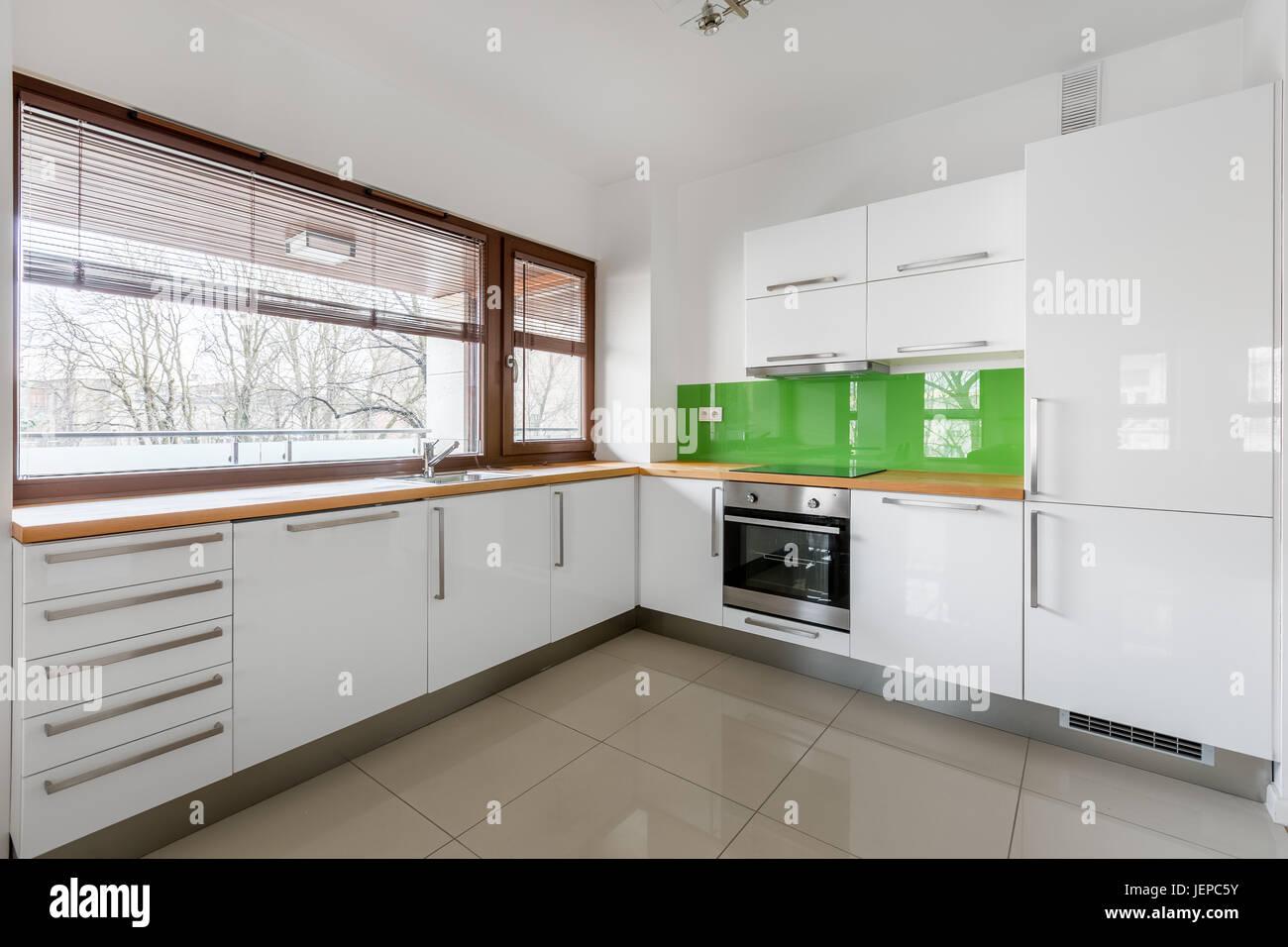 Moderne, Weisse Küche Mit Grünen Backsplash Und Lange Fenster