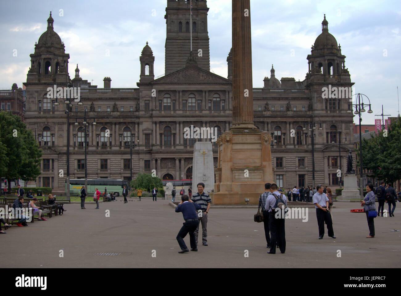 Asiatische Touristen in George Square Glasgow Schottland unter Selfies und Fotos vor allem chinesische und japanische Stockfoto