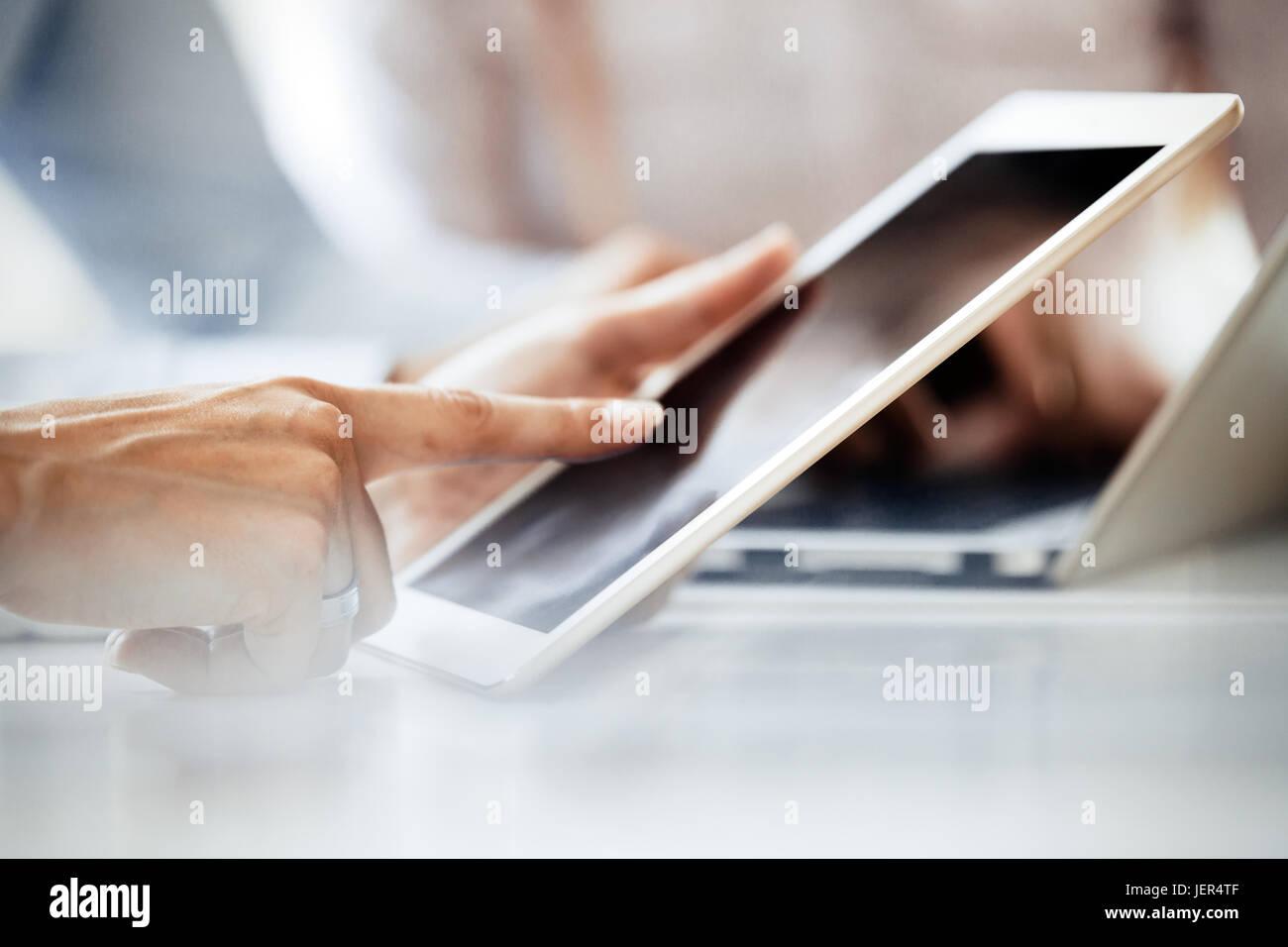 Nahaufnahme Bild der Geschäftsmann mit Tablet auf Schreibtisch Stockbild