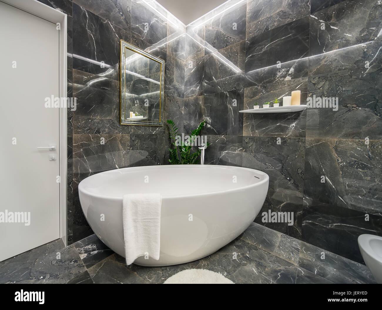 Helle Badezimmer in einem modernen Stil mit strukturierten dunklen ...
