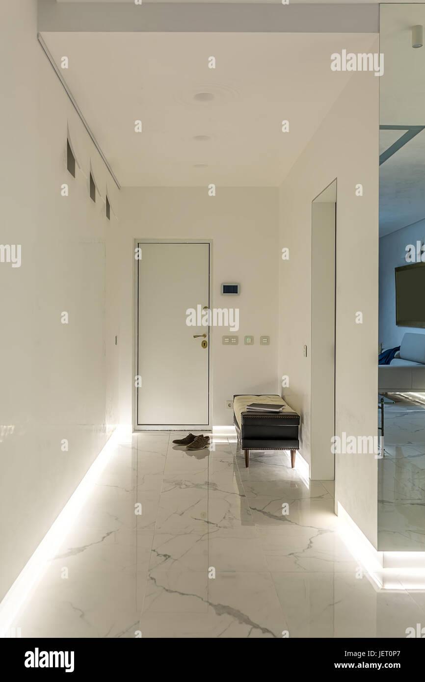 Flur in einem modernen Stil mit weißen Wänden und einem Licht ...