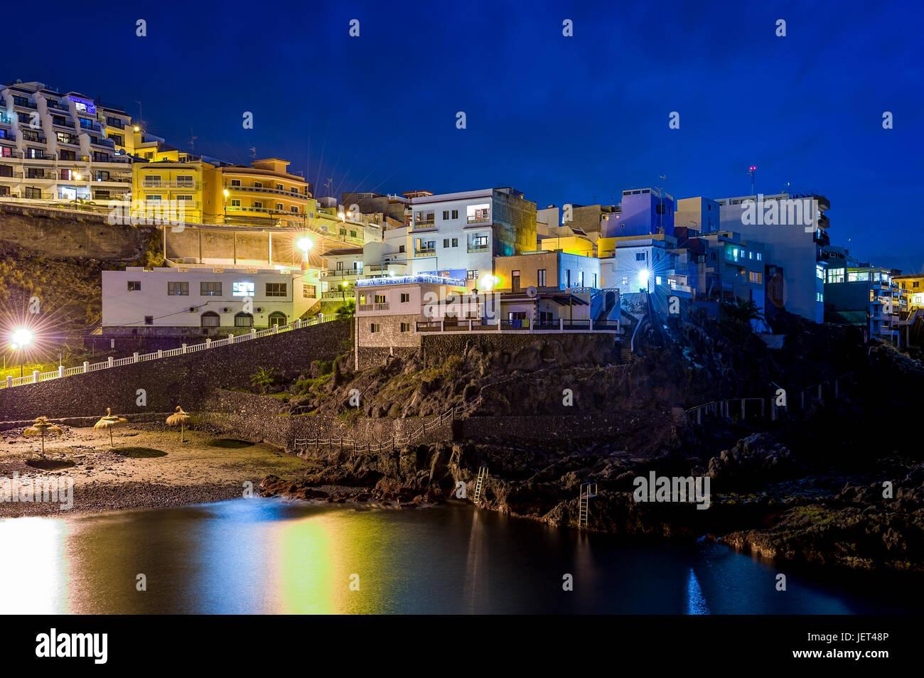 Puerto de Santiago in der Nacht, Kanarische InselnStockfoto