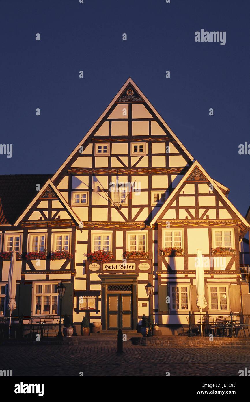 Deutschland, North Rhine-Westphalia, Erwitte, im Markt, Hotel Büker, Illuminateds, Abend, Teutoburger Holz, Stockbild