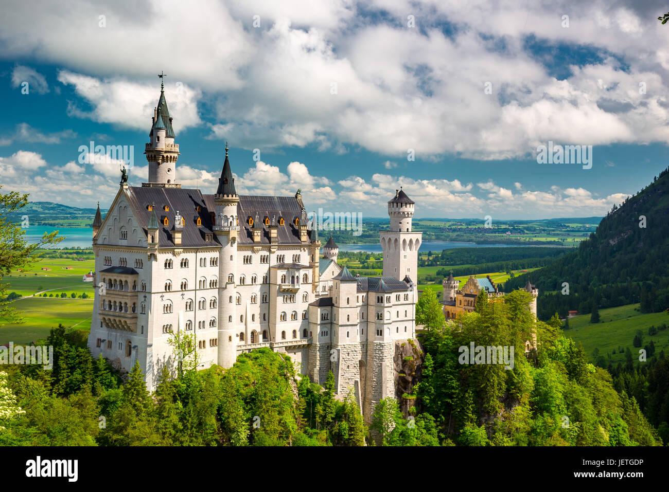 Mittelalterliche Schloss Neuschwanstein. Um den blauen Himmel und die Alpen. Schöne Aussicht auf die Burg. Stockbild