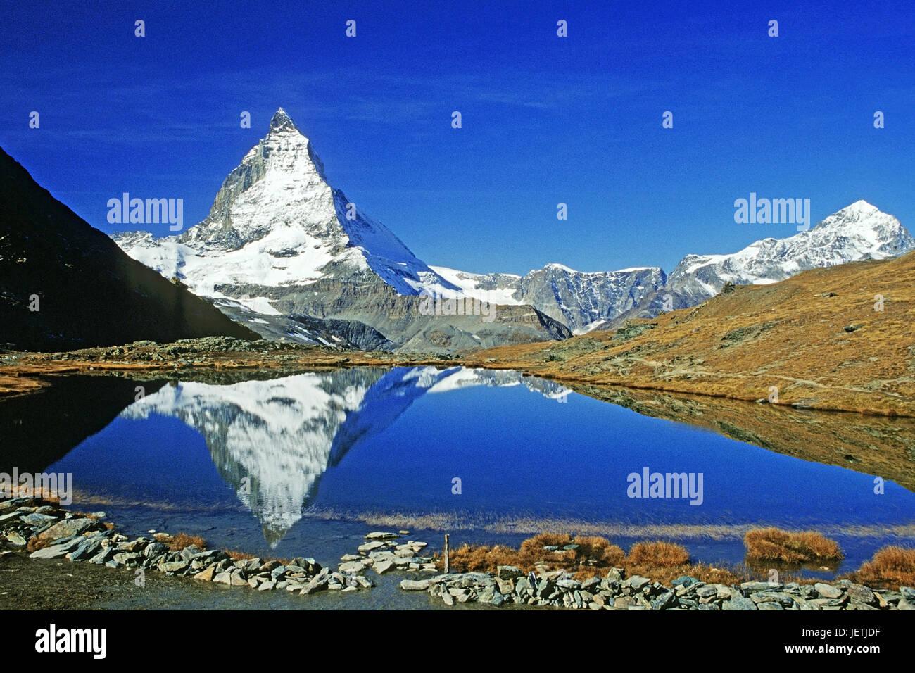 Matterhorn spiegelt sich in einem Bergsee, Matterhorn Spiegelt Sich in Einem Bergsee Stockbild