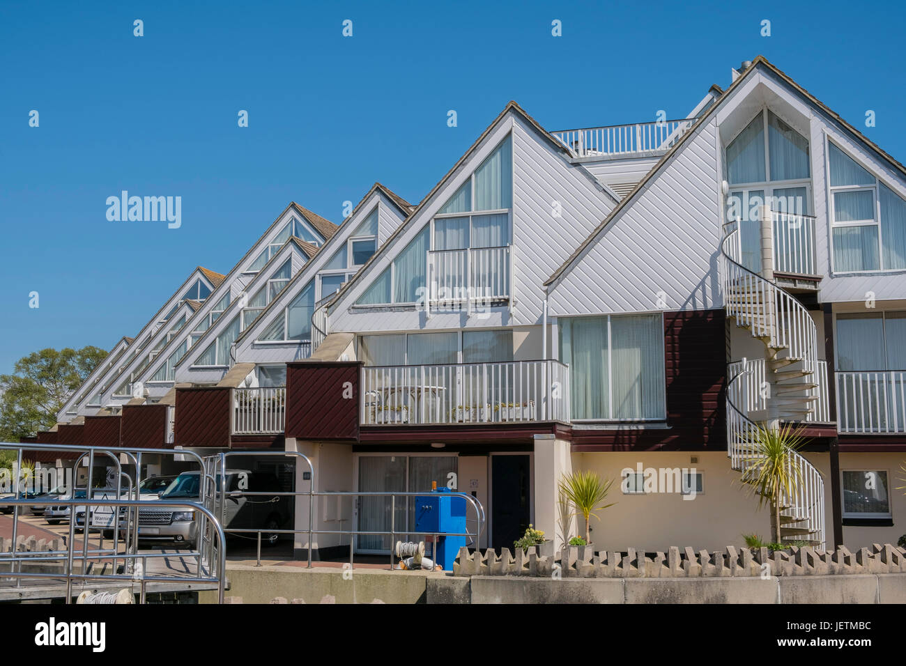 Moderne Chalet-Stil befindet sich in einer Lage direkt am Wasser am ...