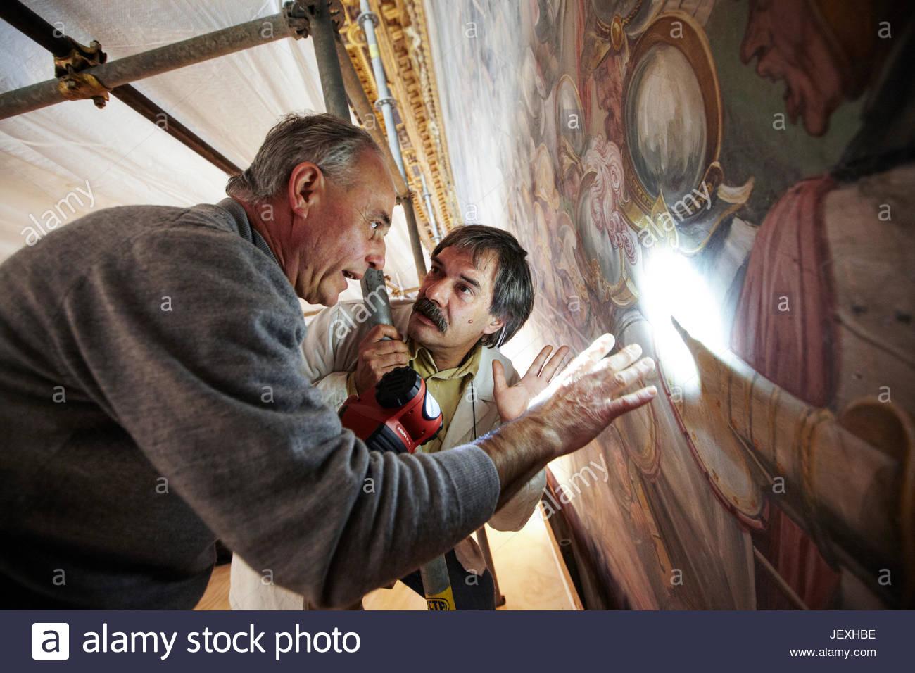 Restauratoren aus der Opificio Delle Pietre Dure bereiten Teile des Wandbildes Giorgio Vasari, die Restaurierung Stockbild