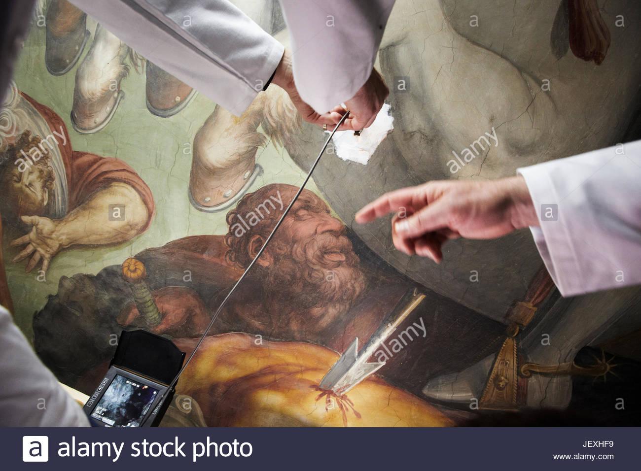 Ein Endoskop wird durch ein Loch in ein Giorgio Vasari Wandbild gemachten Opificio Delle Pietre Dure in eine Quest Stockbild