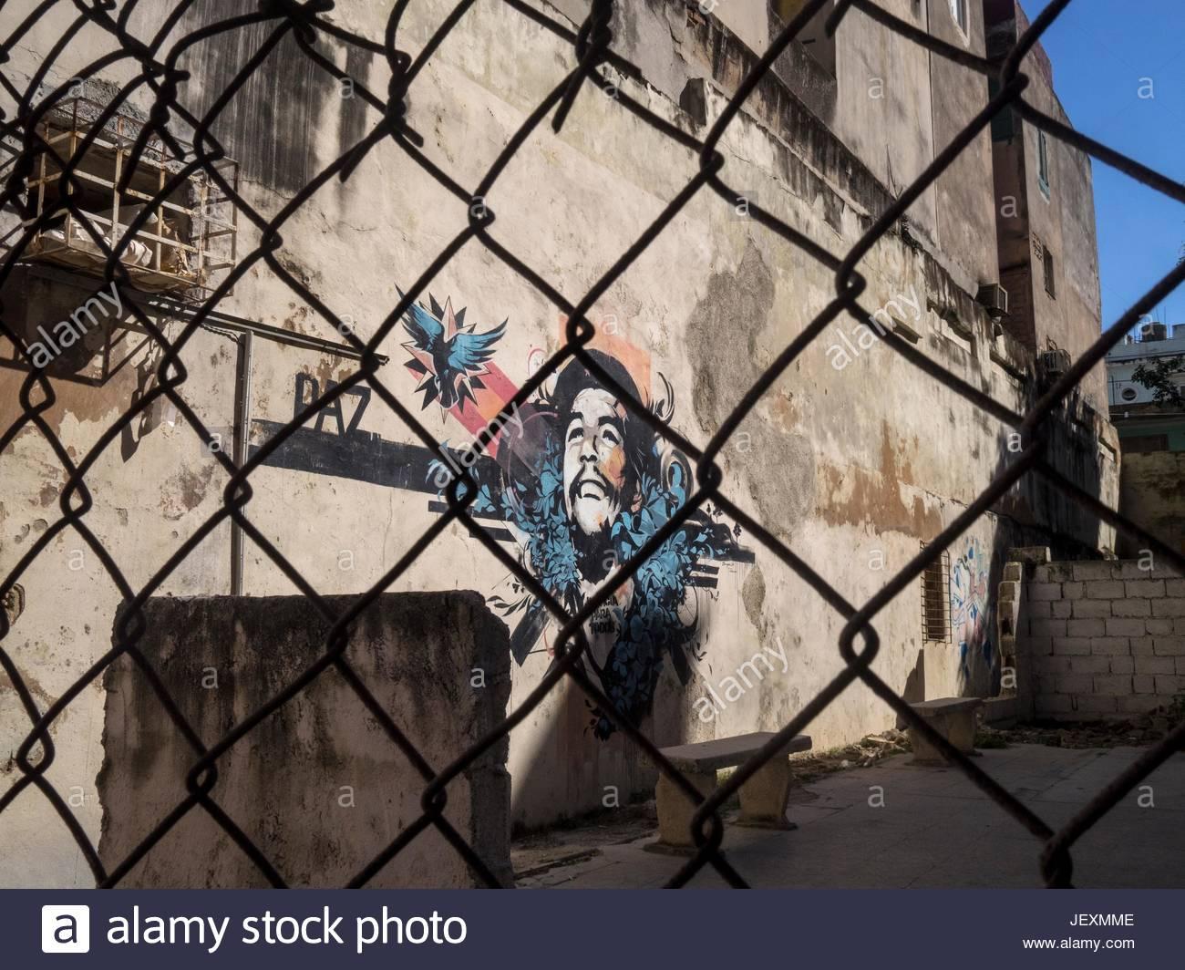 Che Guevara Graffiti hinter einem Draht Zaun in Calle Espada. Stockbild