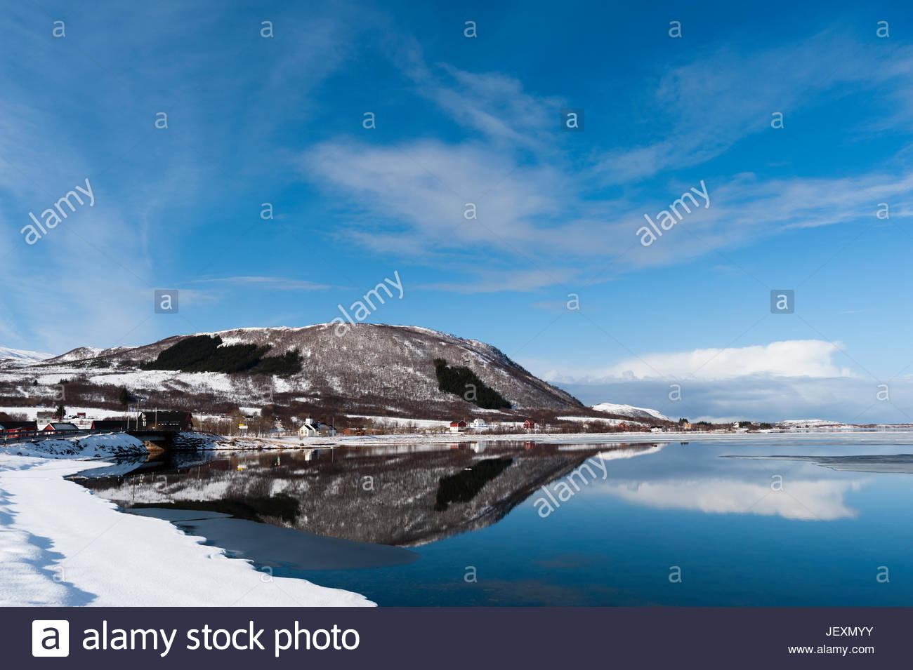 Die kleine Küstenstadt Dorf von Knutstad, mit verschneiten Ufern und blauem Himmel. Stockbild
