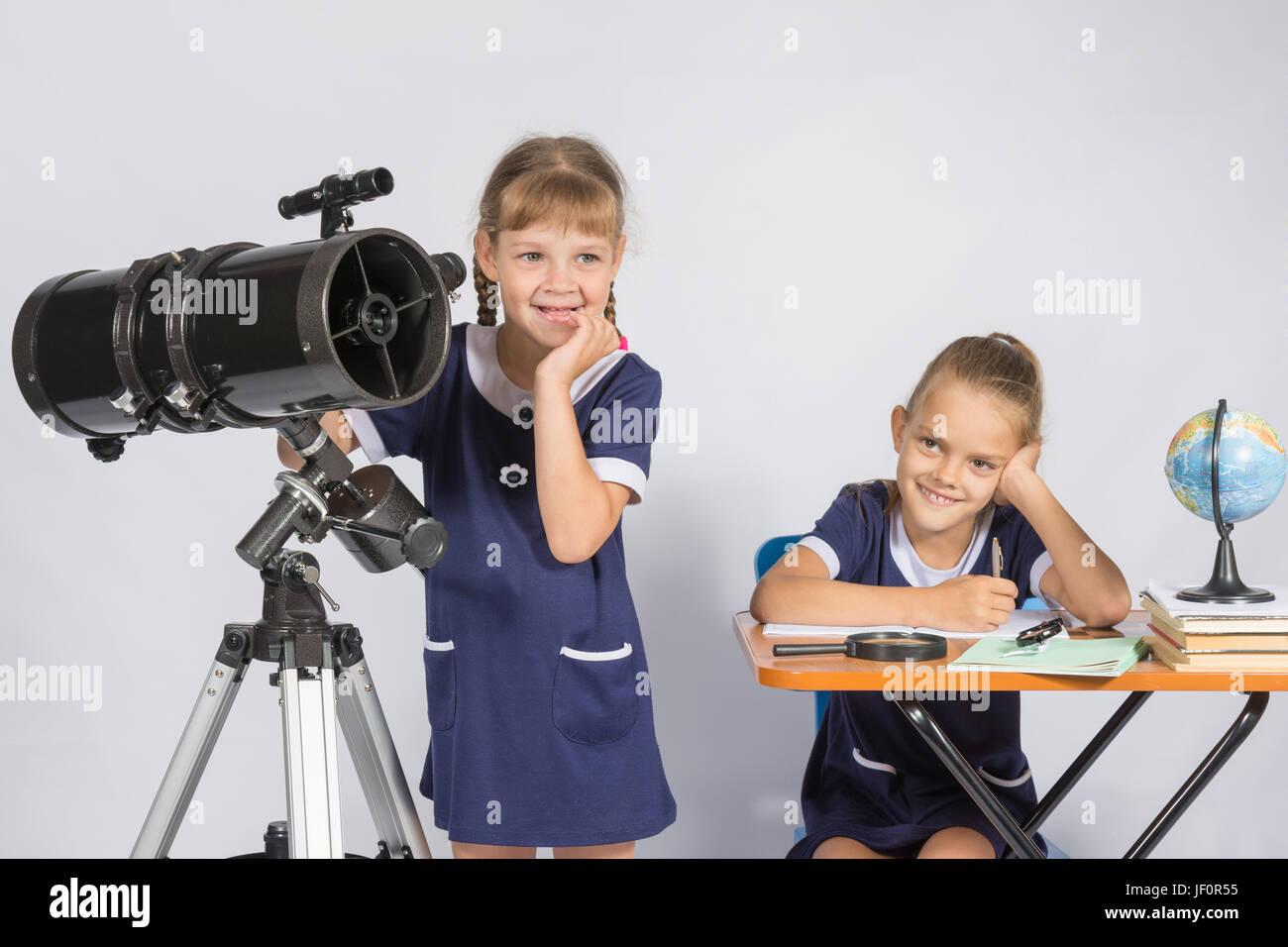 Zwei Mädchen auf mysteriöse Weise Astronomen denken Stockbild
