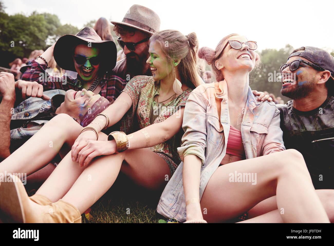 Lächelnde Gruppe von Freunden auf dem Summer festival Stockbild