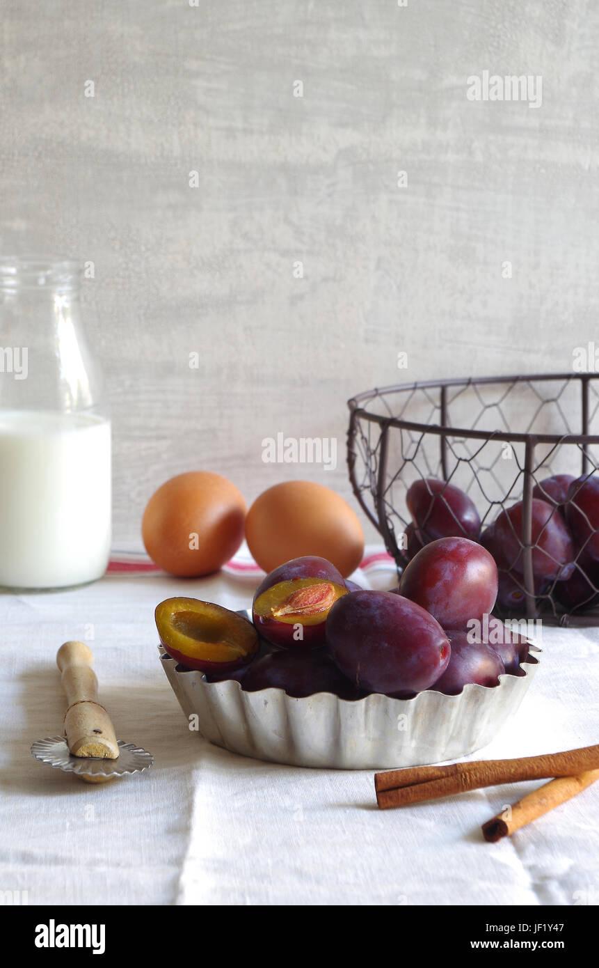 Zutaten für pflaumenkuchen - Stillleben Stockbild