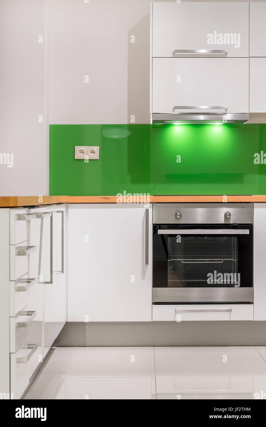 Schon Küche Mit Modernen, Weiße Möbel, Grüne Backsplash Und Hölzerne Arbeitsplatte