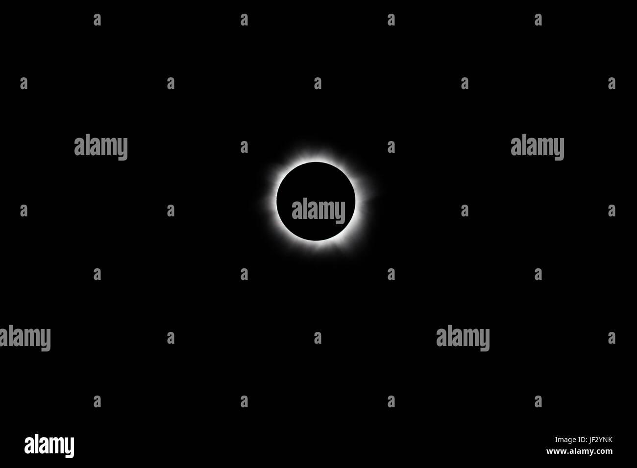 Der Mond verdeckt die Sonne vollständig während einer totalen Sonnenfinsternis. Die nächste Sonnenfinsternis Stockbild