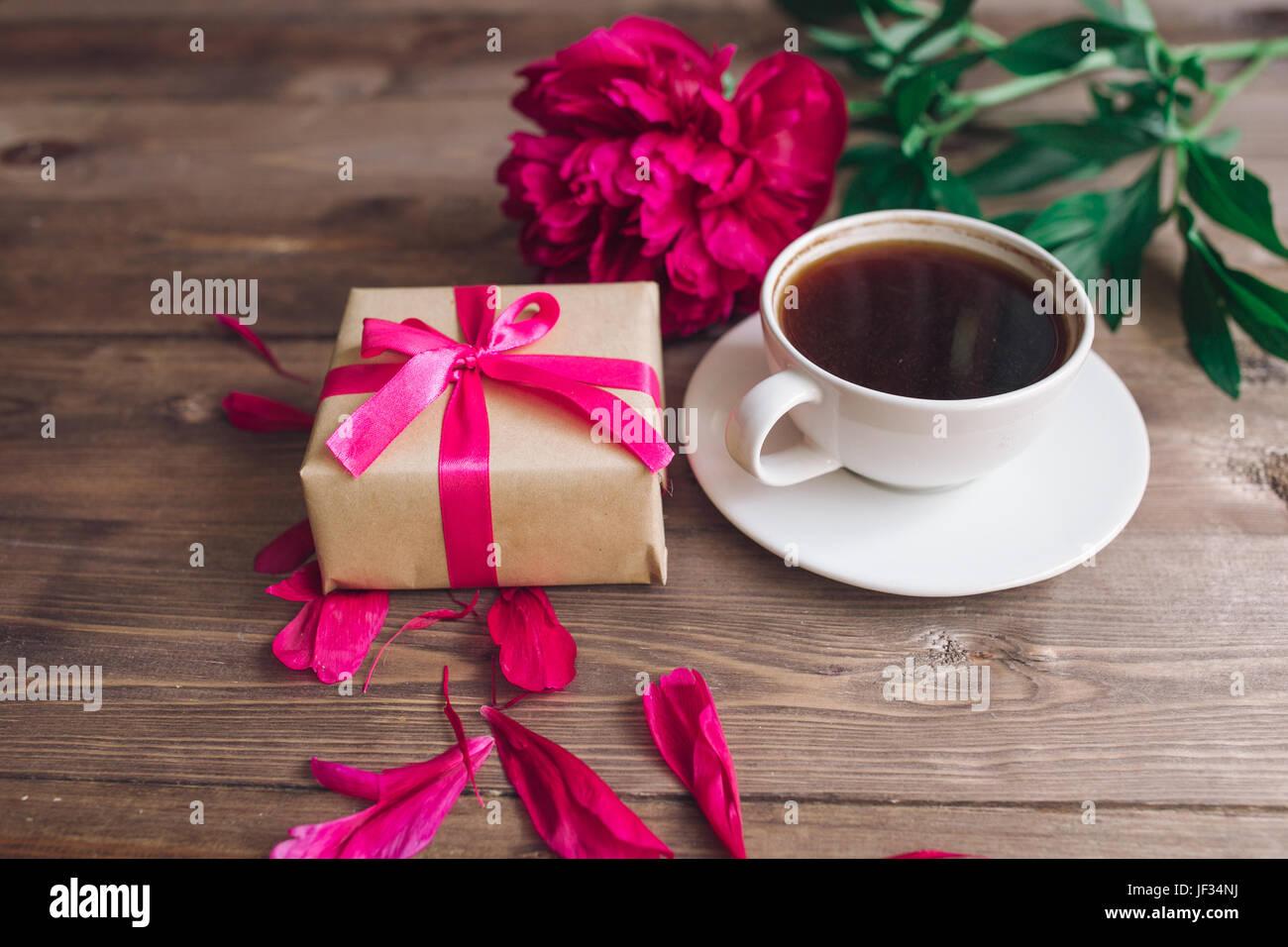 Eine Tasse Kaffee Rote Pfingstrosen Muster Und Geschenk Box