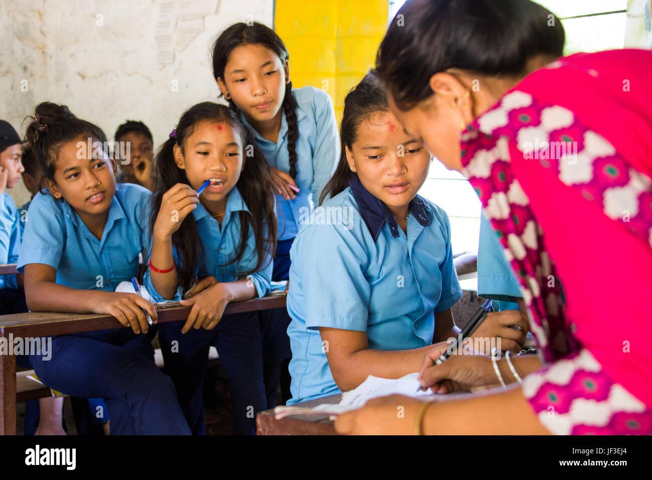 Schüler und Lehrer, Tanahu Bezirk, ländlichen Nepal Stockbild