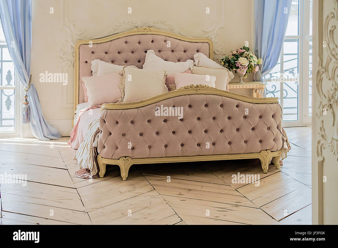 vintage bett mit kissen in luxus saubere helle wei e schlafzimmer innenraum stockfoto bild. Black Bedroom Furniture Sets. Home Design Ideas