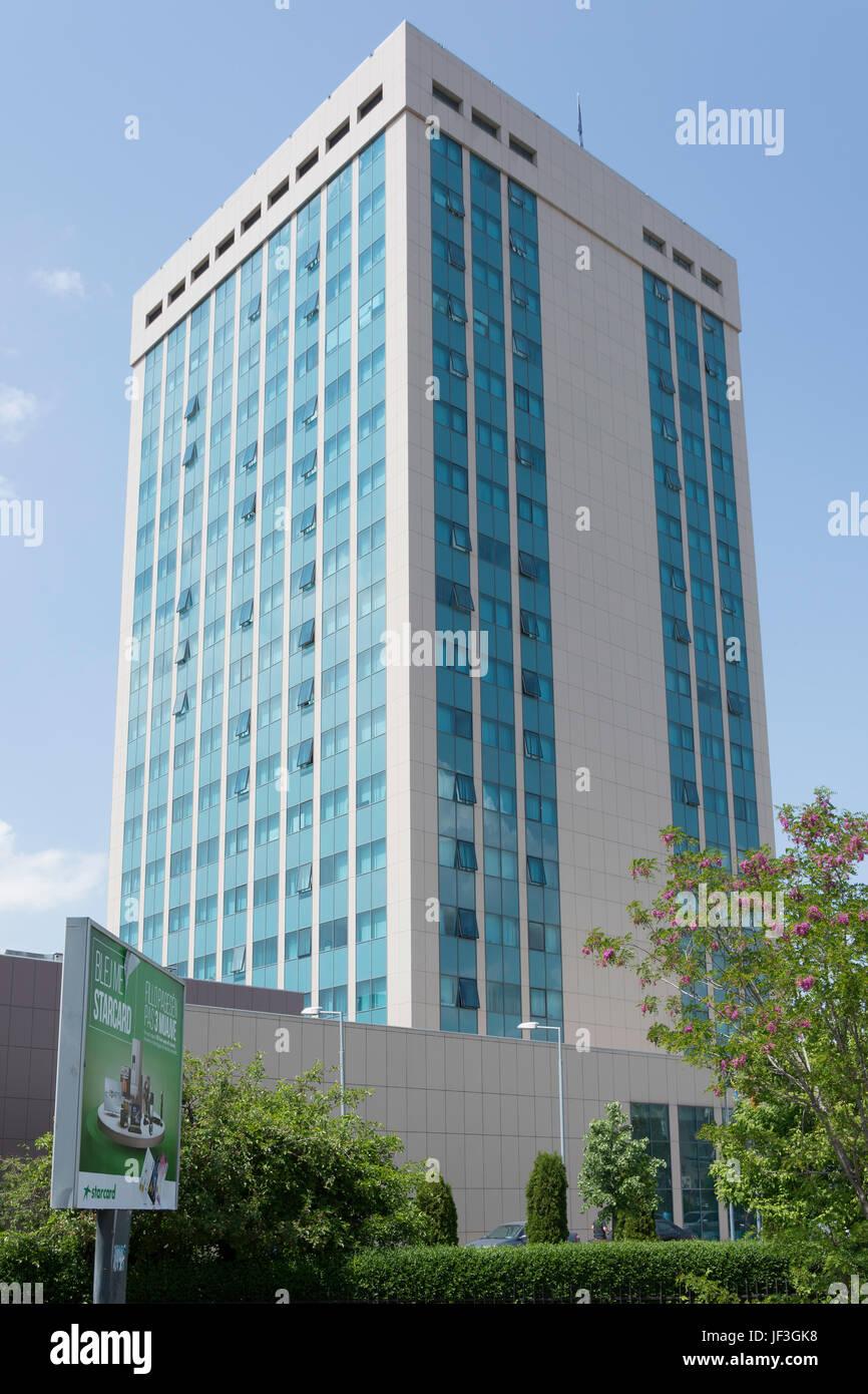 Modernes Bürogebäude in der Innenstadt von Pristina (Prishtina), Republik Kosovo Stockfoto