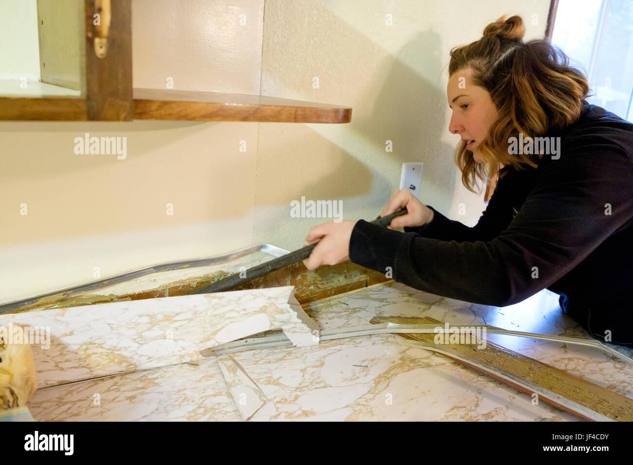 Weibliche Hausbesitzer Arbeiten Mit Einer Brechstange Wahrend