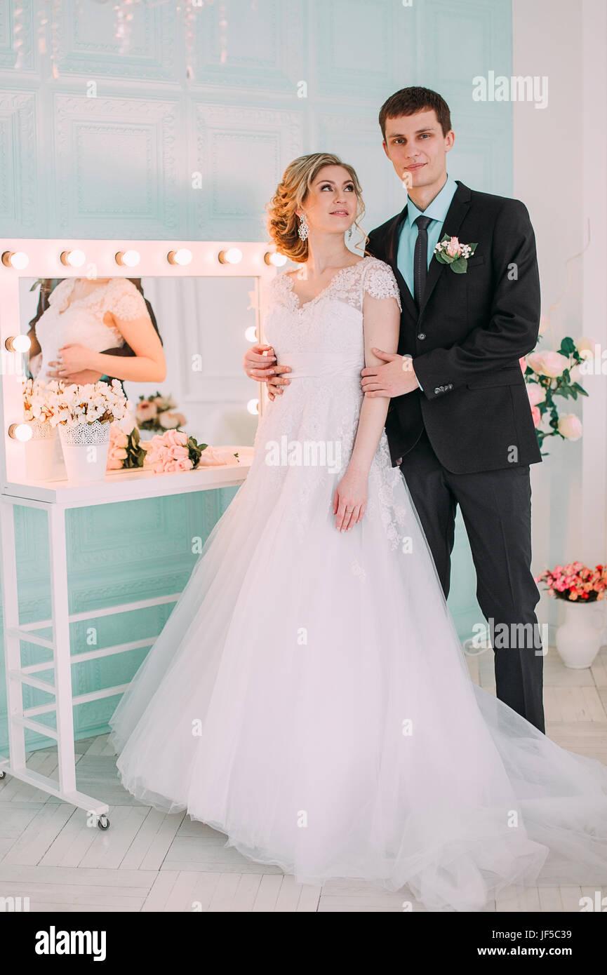 Gluckliches Paar Foto Shooting Im Weissen Studio Mit Hochzeit
